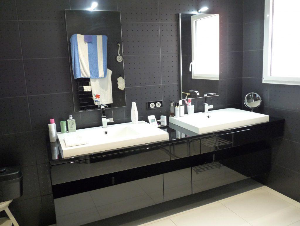meuble-salle-de-bains-laque-noir-brillant